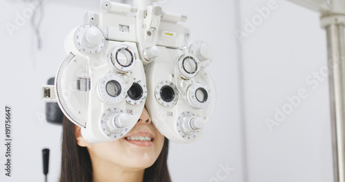 Fotografía  Asian Woman doing eye test in clinic