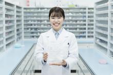 薬局 若い女性 薬剤...