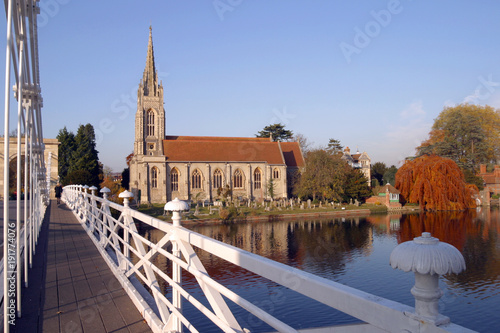 Photo England, Chilterns, Buckinghamshire, the church and historic suspension bridge o