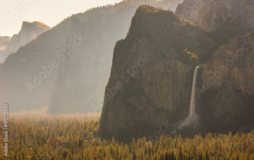 Photo View of Yosemite Valley from Tunnel View point at sunrise - view to Bridalveil f