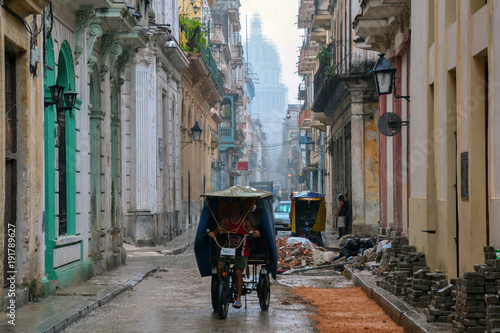 Zdjęcie XXL Taksówkarz pracuje w deszczu w Hawanie