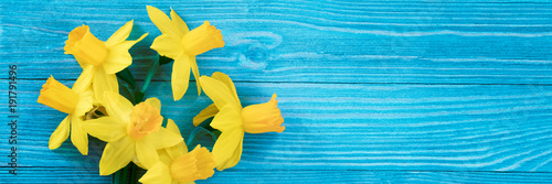 Foto op Plexiglas Narcis Daffodils bouquet on blue wooden table