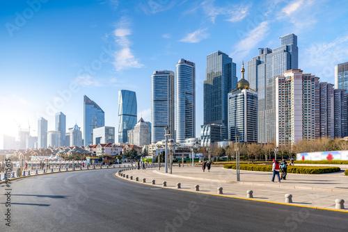Photo  Qingdao city centre building landscape and road pavement