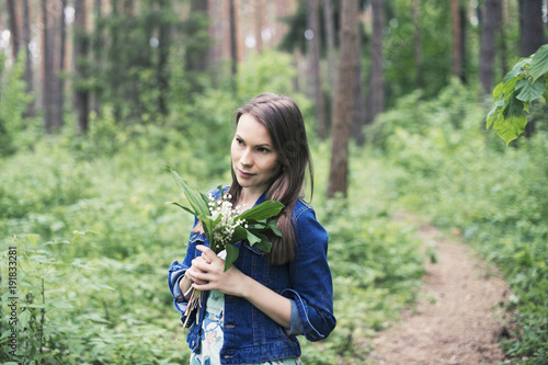 Fotografía  Young woman with lily in hand, unity with nature