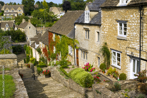 Fotografía  The picturesque old cottages of The Chipping Steps, Tetbury, Cotswolds, Gloucest