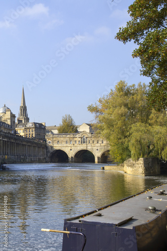 Foto View along the River Avon towards famous Pulteney Bridge, Bath, UK