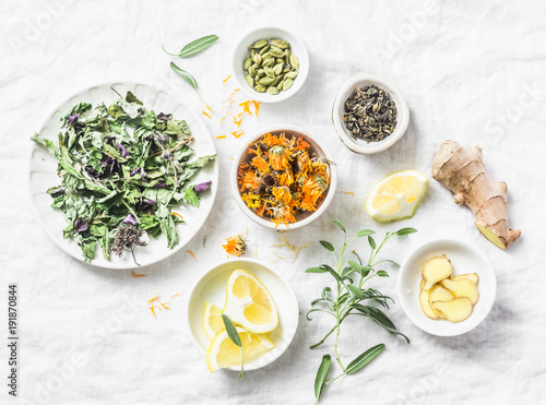 Photo Ingredients for liver detox antioxidant tea on a light background, top view