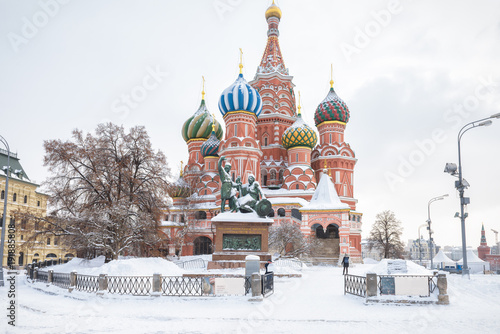 Stampa su Tela  St. Basil`s Cathedral during snowfall in winter in Moscow