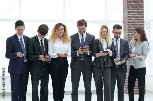 Fotografía  business team looking to smartphone in office