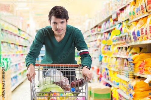 Plakat Azjatyccy mężczyźni decydują się kupić w supermarkecie