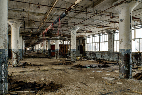 In de dag Oude verlaten gebouwen Reflective Floors & Still Waters - Abandoned National Acme Factory - Cleveland, Ohio