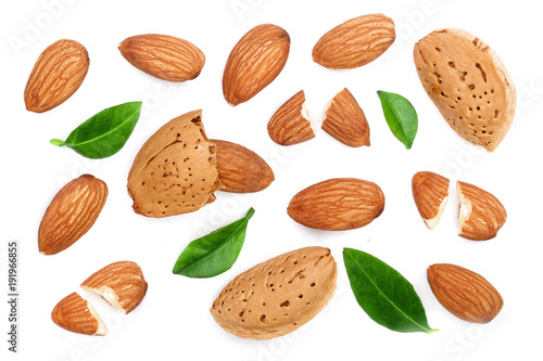 Photo almonds with leaves isolated on white background