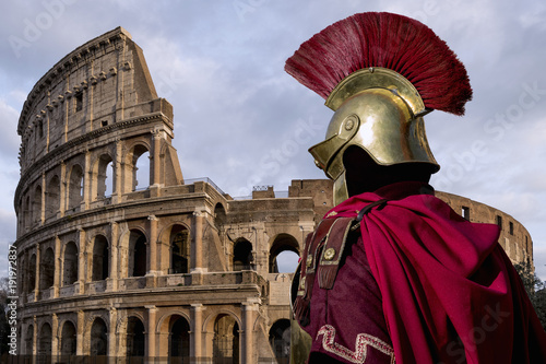 Fotografia, Obraz Old Roman soldier, in front of the Colosseum in Rome