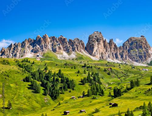 Fotografie, Tablou  Dolomiten mit grünen Wiesen und Berghütten, Südtirol, Italien