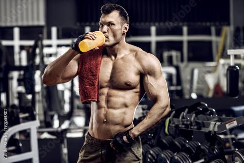 bodybuilder in gym Obraz na płótnie