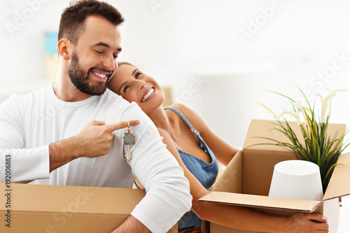Fényképezés Happy adult couple moving out or in to new home