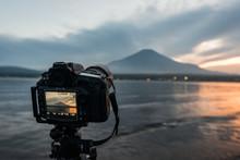 夕方の山中湖にて富士...
