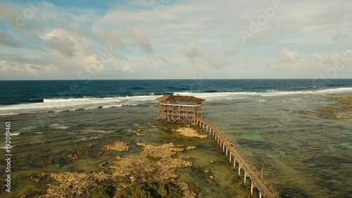Punkt widzenia w oceanie przy chmury dziewięciu kipieli punktem, Siargao wyspa, Filipiny. Widok z lotu ptaka podniesiony drewniany chodnik dla surferów, aby przejść przez rafę wyspy siargao, aby chmurę 9 surf break break mindanao. Siargao