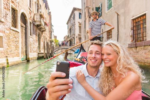 Fotografia  Para biorąc selfie w Wenecji Gondola romantyczny łódź jeździć szczęśliwy turystów na podróż wakacje wakacje miesiąc miodowy