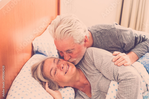 Fotografía  elderly couple in love forever together wake up with a kiss