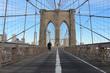 Brooklynbridge in New York Frau spaziert alleine auf der Brücke