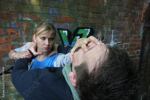 Photo Frau wird überfallen und zeigt smartreflex selbstverteidigungstechniken