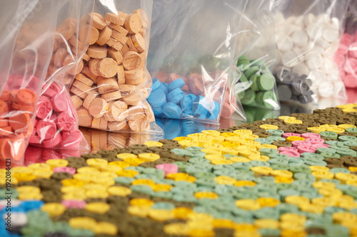 Leinwand Poster Thousands of pills of MDMA (Extasy) distributed by drug dealer seized by legal a