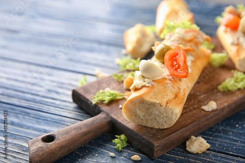 Fototapeta Wooden board with tasty chicken bruschetta, closeup obraz