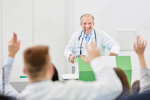 Photo  Medizin Studenten antworten auf Fragen