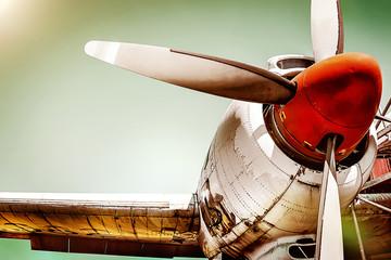 Izbliza starog turbopropelerskog motora aviona s lopaticama propelera, dijelovima krila i trupom zrakoplova - povijesni vintage avion u dramatičnom retro stilu