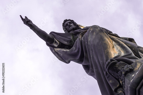 Foto Diagonal position of Statue, hands indicates free space