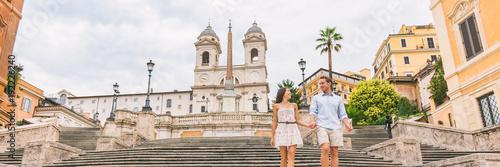 Naklejka premium Luksusowa Europa podróżować para na wakacjach miesiąc miodowy schodząc po schodach po hiszpańskich schodach w Rzymie, Włochy. Europejski rejs przeznaczenia włoskie letnie wakacje turystów poziome banner panorama.