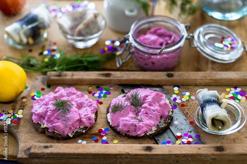 Fényképezés Faschings Katerfrühstück mit Heringssalat und Rollmops auf einem rustilalem Holz
