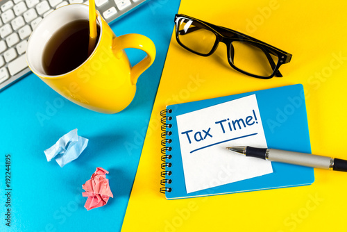 Fotografía  Tax time - Notification of the need to file tax returns, tax form at accauntant