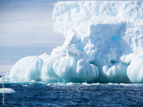 Poster Antarctique An unusual light blue and aquamarine iceberg with a base of onion-shaped formations and a wall of ice above.