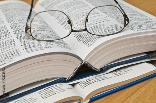 Fotografía  Wörterbuch mit Brille
