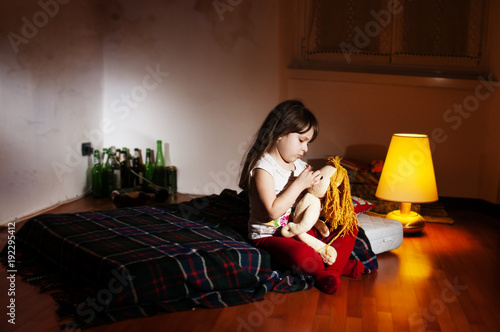 Papel de parede Lonely caucasian girlie in the empty room holding a doll