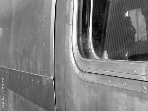 Photo Aluminiumhaut mit Nieten und Fenster eines alten amerikanischen Wohnwagen im Gew