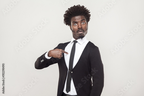 Photo Amazement aloof afro man looking at camera