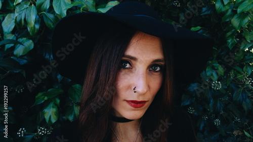 Fototapeta Preciosa mujer joven con aspecto de bruja moderna