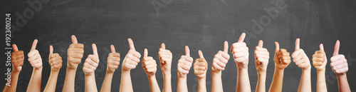 Viele Hände mit Daumen hoch