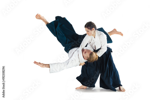 Photo Man and woman fighting at Aikido training in martial arts school
