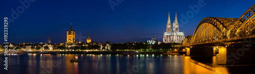 Fotomural  Cologne Cathedral Panorama At Night, Germany