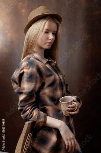 Fotobehang Koffiebonen Beautiful girl with coffee mug .
