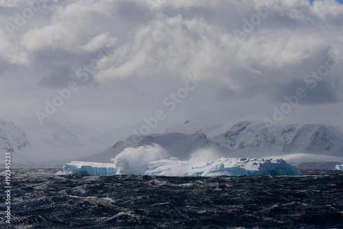 Poster Donkergrijs Iceberg in Antarctic sea