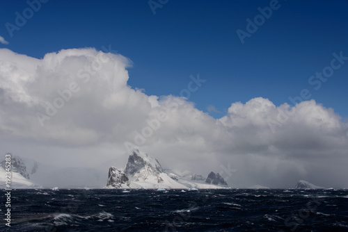 Spoed Foto op Canvas Nachtblauw Antarctic landscape view from sea
