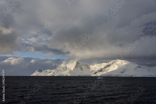 Poster Donkergrijs Antarctic landscape with mountains view from sea