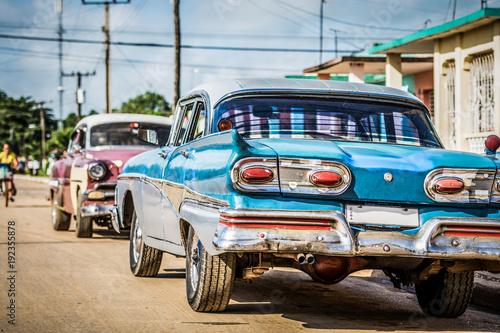 Poster Havana Blauer amerikanischer Oldtimer parkt auf der Strasse im Vorort von Havanna City Kuba - HDR - Serie Cuba Reportage