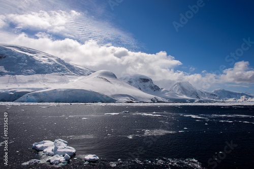 Fotobehang Antarctica Antarctic landscape with sea and mountains