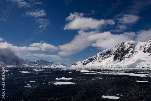 Foto auf Gartenposter Antarktis Antarctic landscape with sea and mountains